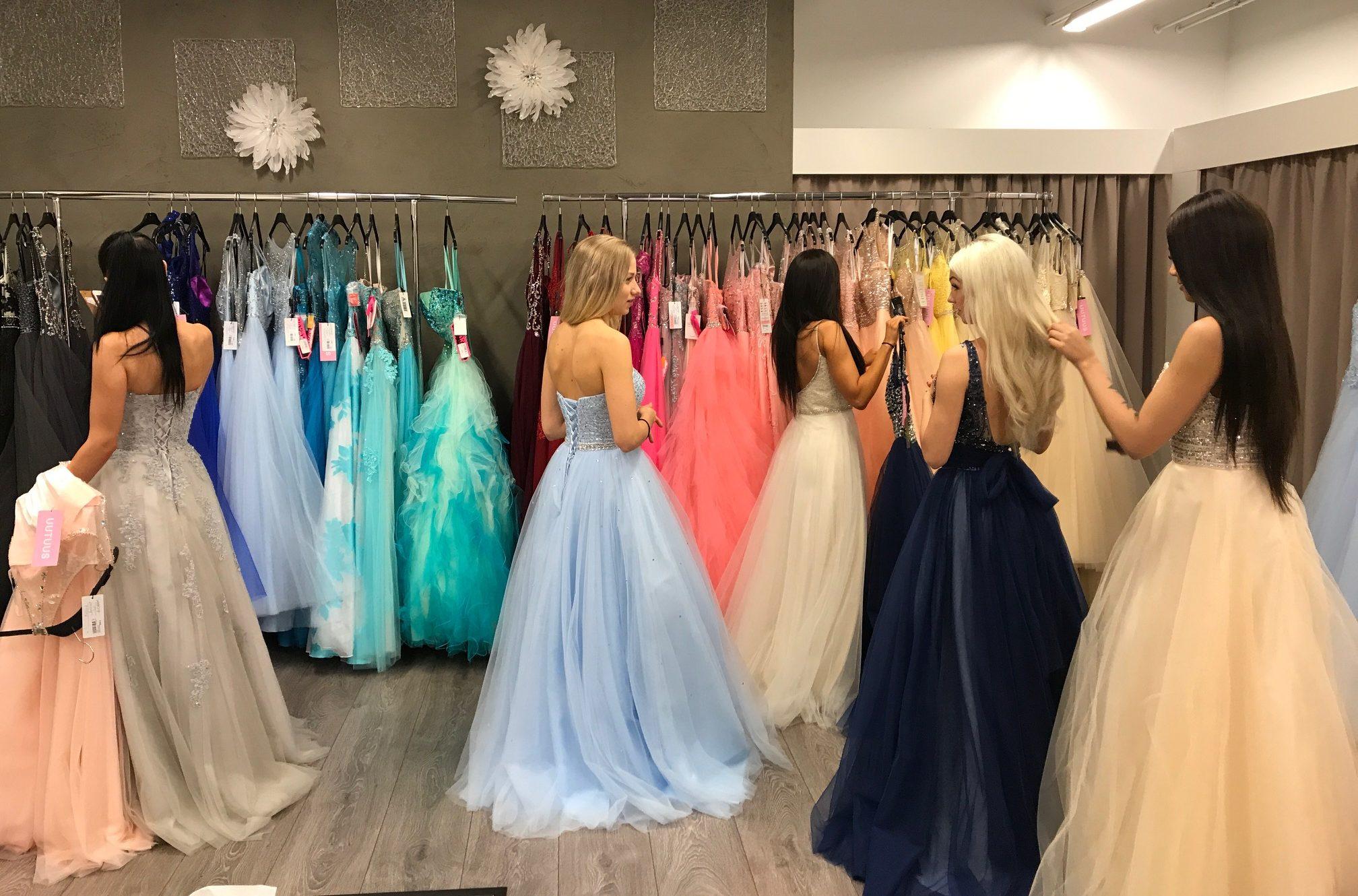 Mariella, 18, myy ja välittää käytettyjä ja käyttämättömiä vanhojen mekkoja - perusti sitä varten yrityksen